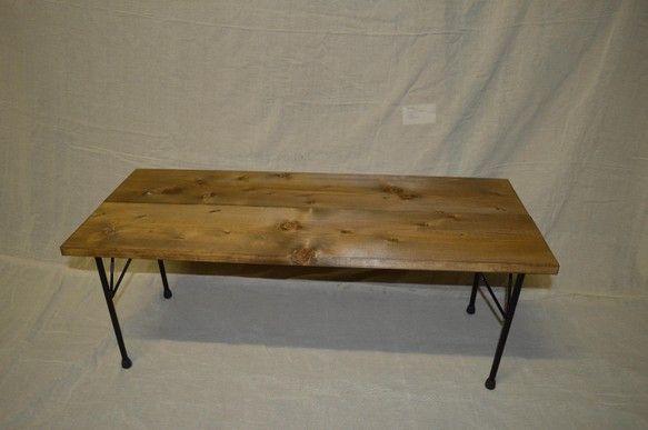 無垢板で自然な雰囲気に仕上がっています。木材の色はウォルナット、脚はアイアンのツヤなし仕上げとなっています。 +サイズ+横幅 約100cm奥行き 約37cm高...|ハンドメイド、手作り、手仕事品の通販・販売・購入ならCreema。
