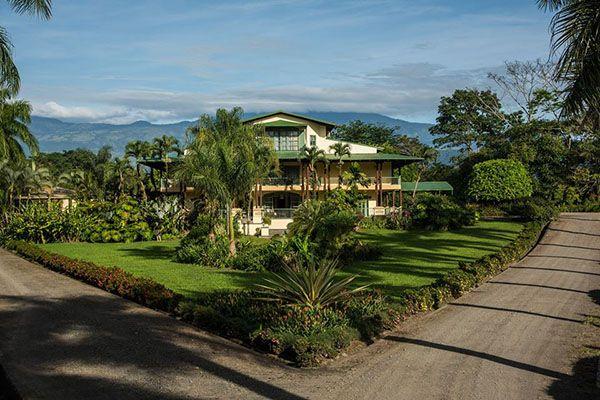 Luna de  miel en  Costa Rica asa Turire en Costa Rica, destaca doce habitaciones y cuatro suites, todas de gran altura. Las espaciosas habitaciones con pisos de fuerte y hermosa madera, altos techos y balcones privados que ofrecen vista por lo alto de las imponentes colinas.