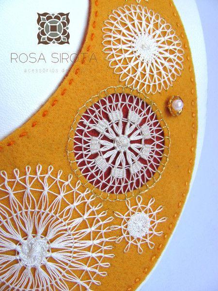 Colar - Gola em feltro amarelo com Renda Nhanduti. www.rosasirota.com.br