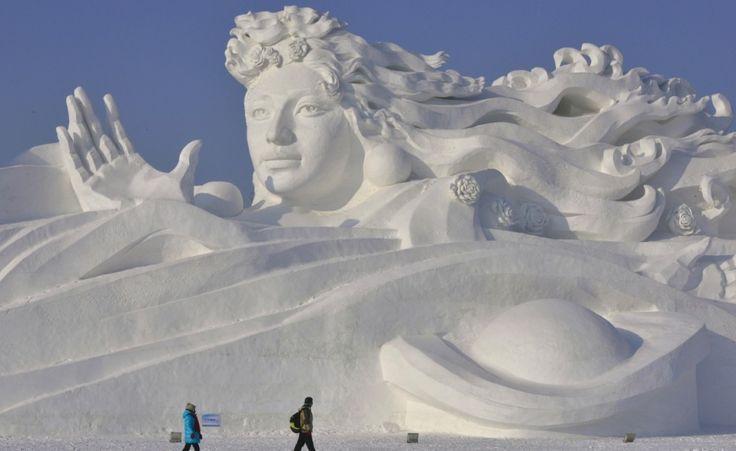 Le straordinarie sculture di neve dell'Harbin Ice and Snow Festival, Cina. La foto del giorno. (Reuters/Sheng Li)
