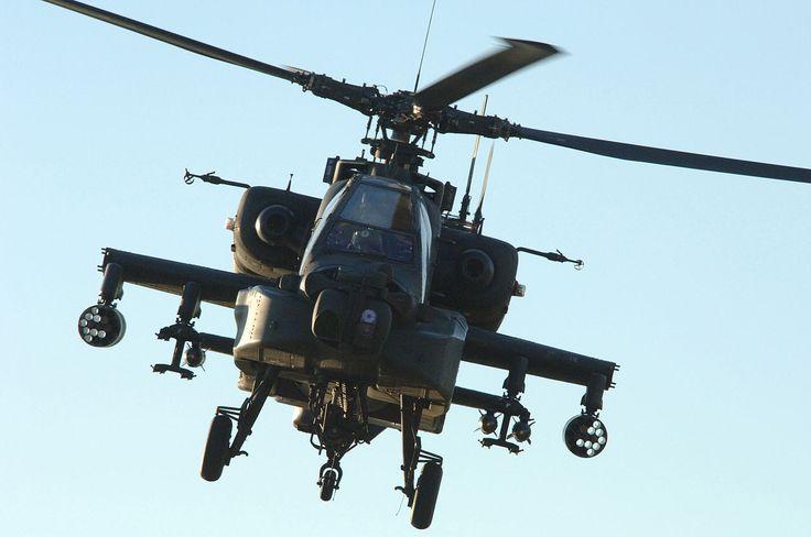 Vista frontal de un Apache en el aire.