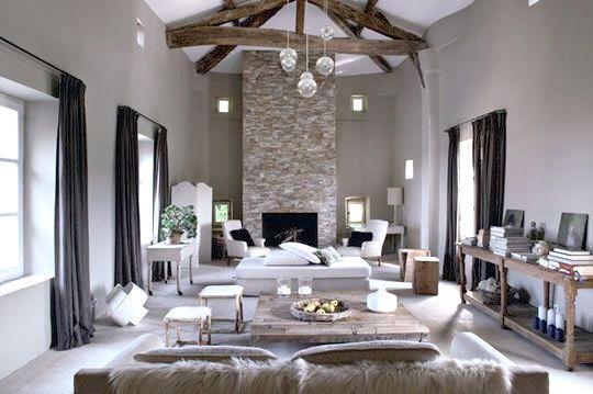 Le + déco : Poutres apparentes, hauteur sous plafond, et matériaux bruts