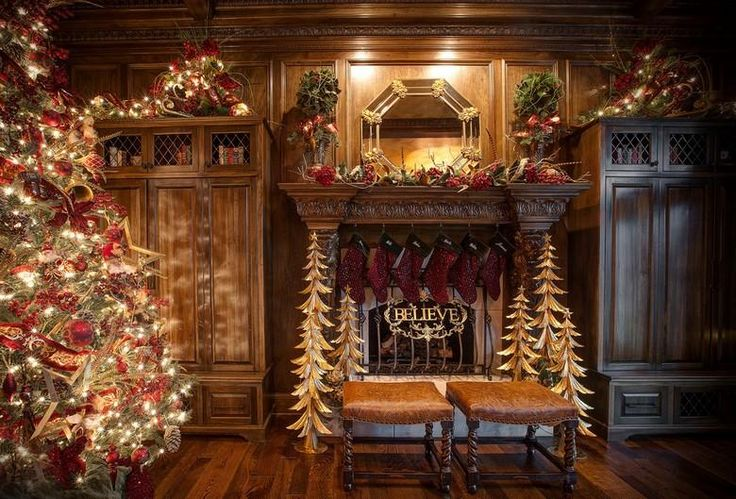 décorations de Noël à l'américaine pour le sapin et le manteau de la cheminée