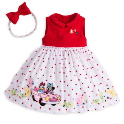 Votre petite princesse sera le centre de toutes les attentions dans cette ravissante tenue estivale ! L'ensemble comprend une robe doublée de tulle ornée de motifs travaillés à l'effigie des personnages, un bandeau orné d'un nœud matelassé et une culotte à pois coordonnée.