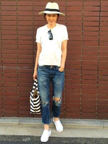 白Tシャツ×ジーンズのベーシックなコーディネートも、きれいめなストローハットをプラスすることで、たちまちクラスアップ。