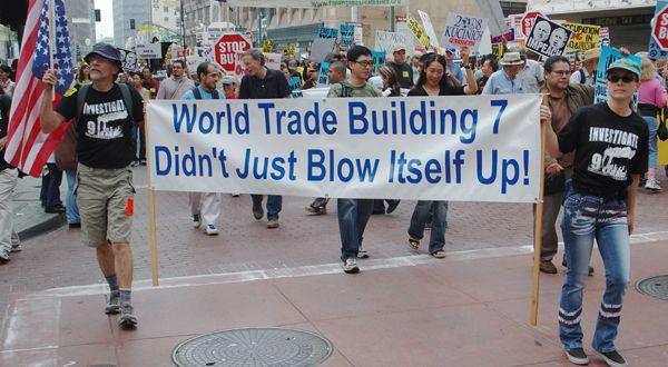 [LES COMPLOTS DU 11-SEPTEMBRE 2/6] Des extrêmes. Les théories du complot du 11-Septembre sont nées avant le 11-Septembre. Le 25 juillet 2001, au cours d'un épisode de deux heures et demie de son programme Infowars, sur une chaîne locale de «public access»,...