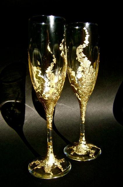 crackled gold foil design on champagne wedding flutes #wedding