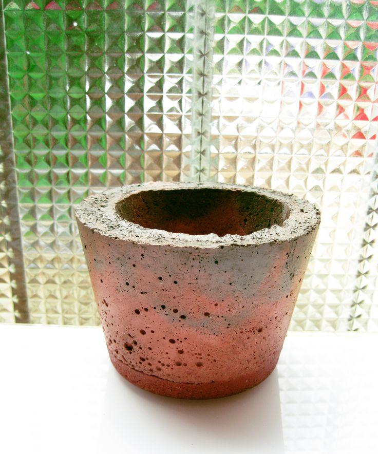 maceta de cemento coloreado