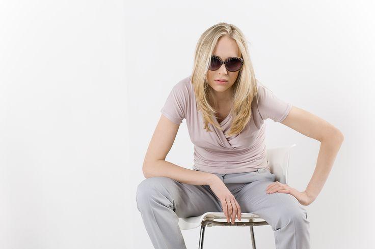 Róż i szary - spodnie i bluzka z lejącym dekoltem. Pink and gray - pants and shirt with waterfall cleavage. http://www.bee.com.pl/e-sklep/