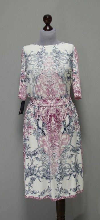 Белое платье с узорами пыльных оттенков, прямая присборенная юбка