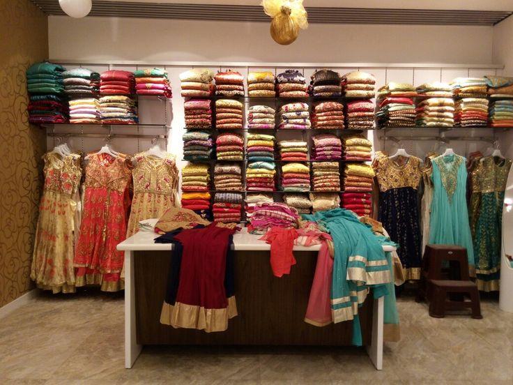 Прелестные традиционные женские наряды - сари. В каждом магазине их просто неисчисляемое количество - от самых простых одноцветных до обшитых золотой каймой и узорами. Стоят они, конечно, дороже, чем европейская повседневная одежда.