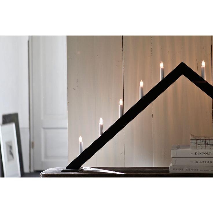 I stora fönstret till jul. ÖR10 ljusstake från Örsholmsstaken. En adventsljusstake som skapades med ett väldigt tydligt syfte, ...