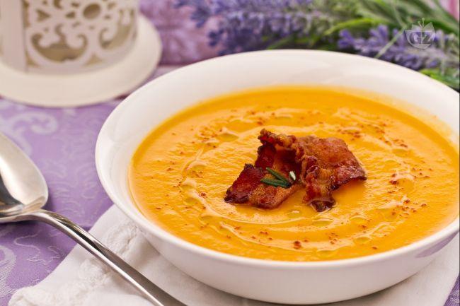 La vellutata di patate dolci con pancetta croccante è una raffinata crema dal gusto agrodolce.