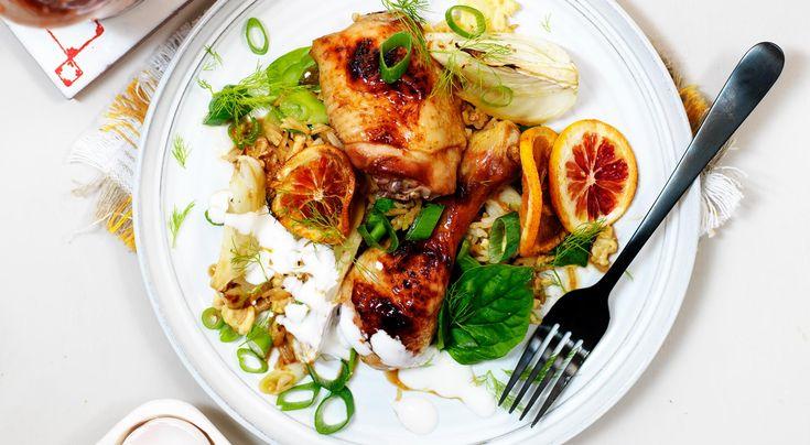 Recept på kyckling med apelsin i sötstark srirachasås, stekt ris och yoghurt. Marinera gärna kycklingen över natten. Srirachasås kan bytas ut mot sambal oelek.