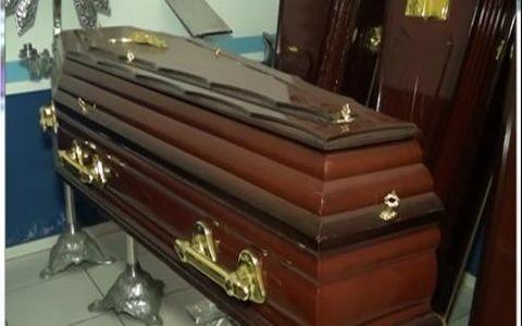 """A polícia da Bolívia deteve a filha, o genro e a prima de uma mulher de 69 anos que era velada ainda viva em uma funerária e a Promotoria os acusou de tentativa de """"homicídio"""