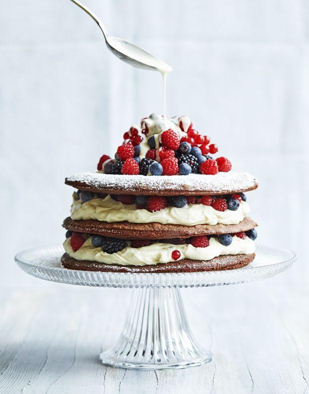 En chokoladekage som faktisk er en lagkage med de skønneste lag af cremet, hvid chokolademousse og friske sommerbær. Den smukke kage vil pynte på ethvert kagebord. (Recipe in Danish)