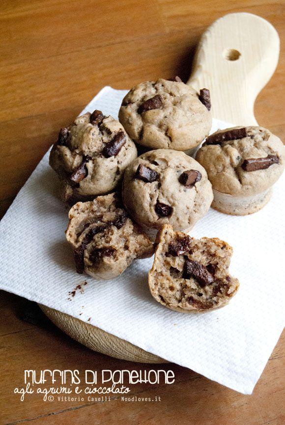 Panettone avanzato? No problem! Muffins agli agrumi e cioccolato fondente. La ricetta la trovate su http://noodloves.it/muffins-panettone-avanzato-agrumi-cioccolato/  #Panettone #Avanzi #Riciclo #Muffins #Agrumi #Cioccolato #Ricetta