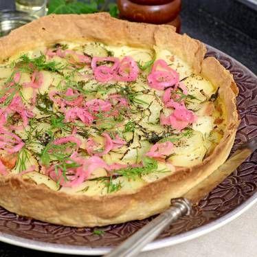 Kallrökt lax, potatis och dill i en härlig mix. Pajen är toppad med snabbinlagd rödlök (se recept nedan).