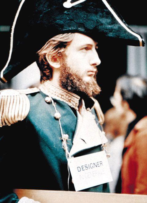 1973 trat Michele De Lucchi in Napoleons-Uniform vor der Mailänder Triennale auf und protestierte lauthals gegen das etablierte Design, ….  Foto © Archivio Michele De Lucchi