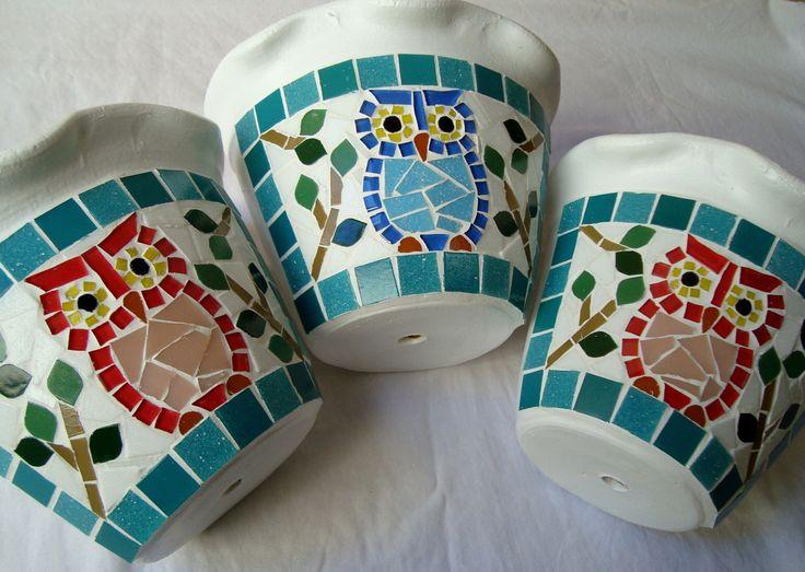 Vaso de parede em mosaico tamanho médio. Mede 15 cm de altura. Disponível também nos tamanhos pequeno, grande e extra grande. Cliente pode escolher a cor da borda