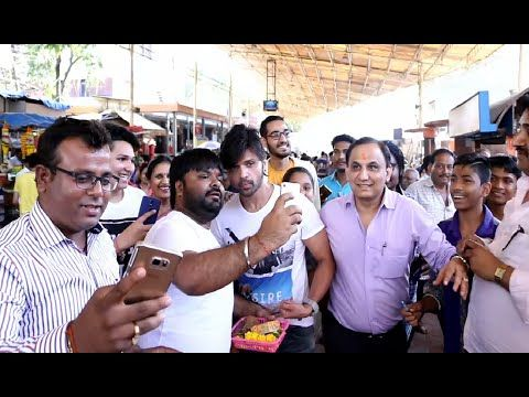 OMG ! Fans running behind Himesh Reshammiya to have a selfie with him.