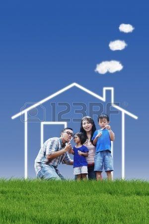 Retrato de la familia asi�tica con la casa de sus sue�os jugando burbuja al aire libre photo