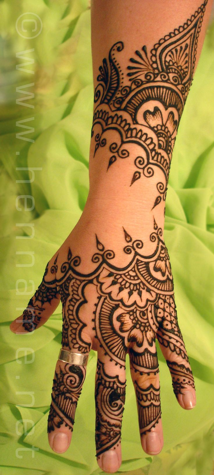 Modern mehndi design uses empty space to make the design stand out. Great for bridal mehndi or for guests at a sangeet / pre-wedding event at your Indian wedding