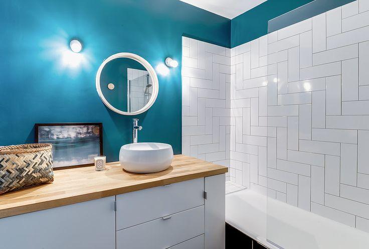 Architectes d'intérieurs, Agence Transition interior Design, Architectes: Margaux Meza et Carla Lopez Salle de bain bleu briques blanche carrelage miroir rond