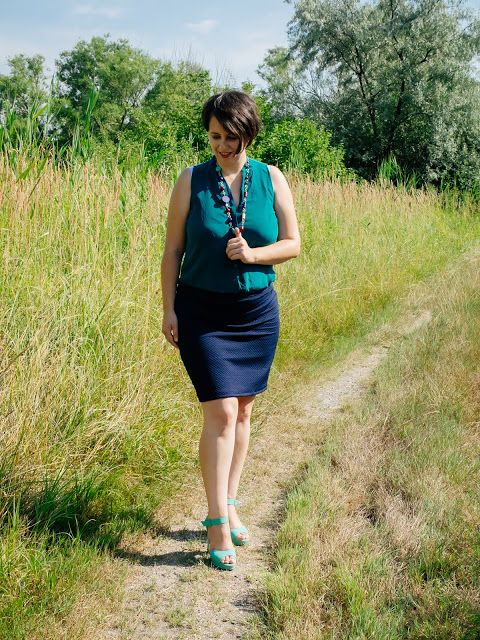 VGRV blog, emerald green top, navy skirt, mint sandals, vintage necklace