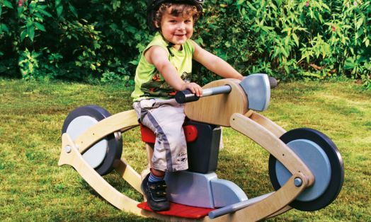 Das Schaukelmotorrad ist eine tolle Alternative zum klassischen Schaukelpferd. Um Mädels und Jungs auf die Fahrt zu schicken, einfach die Schritte in der Bauanleitung befolgen.