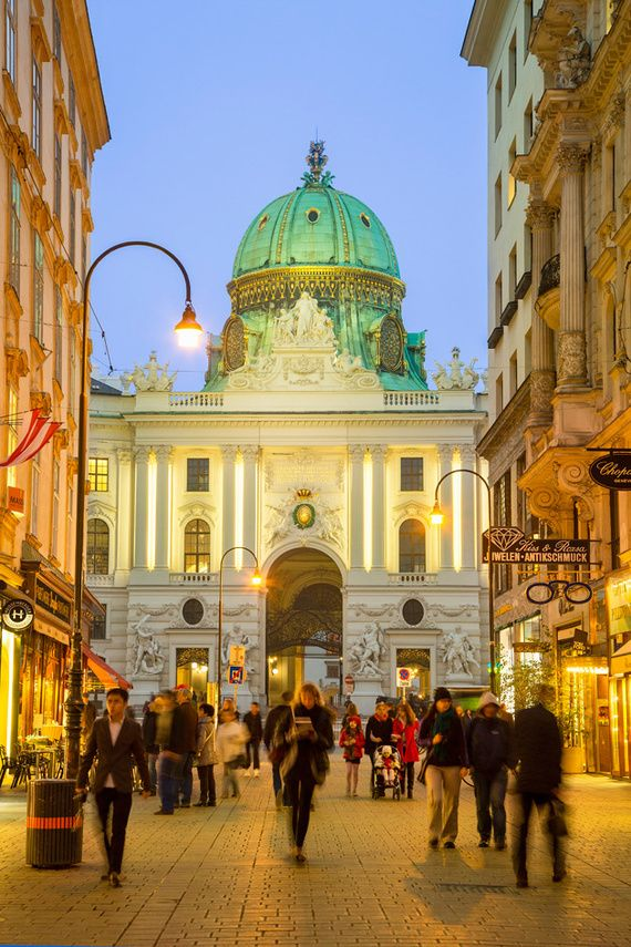 Una calle de Viena con Hofburg de fondo