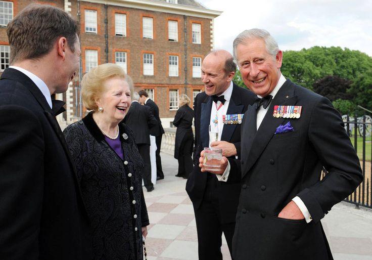 El Príncipe de Gales en el papel de la Casa paracaidistas lideradas por el coronel, hablando con la baronesa Thatcher y el general Jonathan Shaw, en la ceremonia de celebración del 70 aniversario de la Fuerza Aérea, el Hospital Real de Londres (24 de junio de 2010) Πηγή: www.lifo.gr