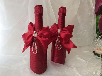 Купить или заказать Оформление Свадебных бутылок  ' Банты' в интернет-магазине на Ярмарке Мастеров. Свадьба – это торжество, с которым связанно большое количество оригинальных и интересных традиций. Одной из таких традиция является 'Свадебное оформление '. 'Свадебные'-это не любые бутылки стоящее на праздничном столе. 'Свадебными' называют две бутылки обычно со свадебным декором, которые ставят на стол молодоженов.