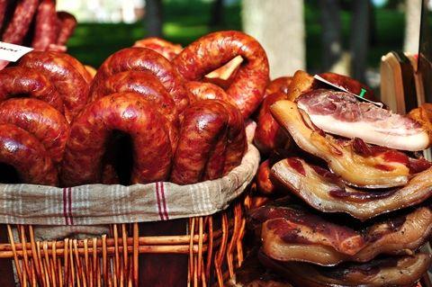 Tehnici de afumare a carnii de porc. Cum se afuma corect carnea si carnatii de porc. Cum se foloseste o afumatoare. Tipuri de lemn potrivite pentru afumare. Afumarea la rece sau la cald.