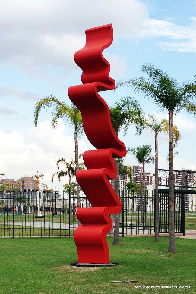 Tomie Ohtake deixa um legado artístico à cidade de São Paulo com obras de beleza original e talento inconfundível. Uma de suas últimas esculturas decora o parque do bairro Jardim das Perdizes. #tomieohtake