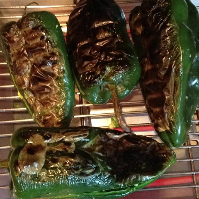 Chiles rellenos con queso, calabaza, cebolla, epasote y espinacas