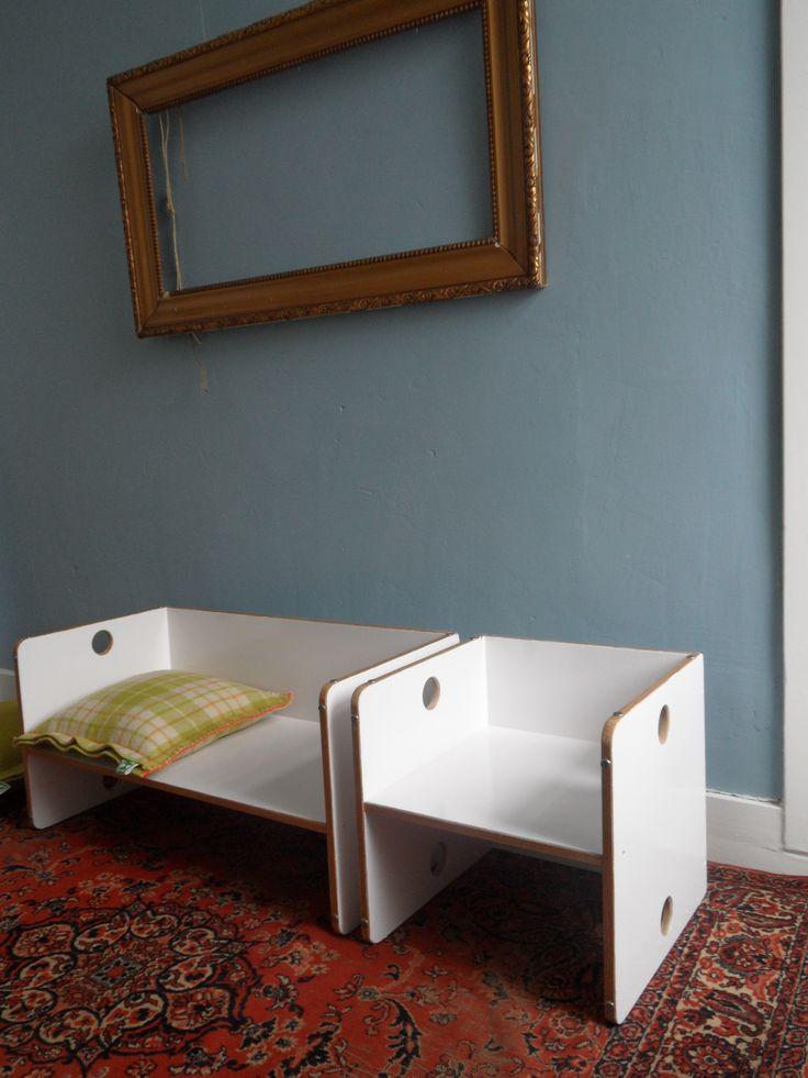 Kubus stoeltje en bank, wit gelakt hout. Het stoeltje en de bank hebben  2 zithoogtes, waardoor ze ook voor kleine kinderen geschikt zijn. Ook kunnen ze als tafeltjes gebruikt worden door ze om te draaien. Combinatie van mooi en praktisch!