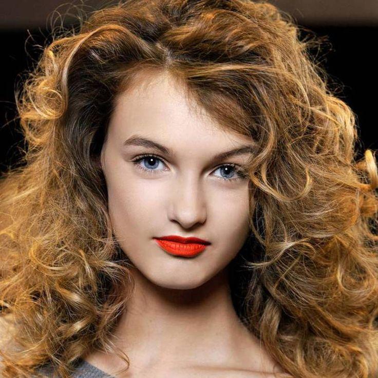 Cheveux bouclés : découvrez toutes les coiffures pour cheveux bouclés qui ont du ressort ! ...
