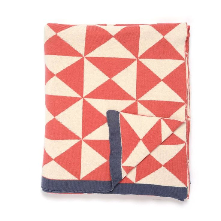 This deluxe Wind Farm throw features a pinwheel pattern. The energetic assortment of coloring and softness of the fabric is idyllic for adding a dash of color and vivacity to any interior in your abode. The colors complement each other perfectly and give a warm country appeal to your room.