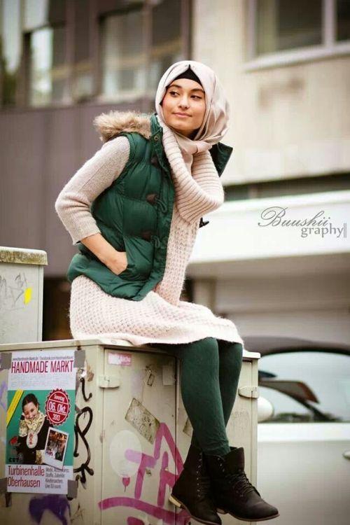 puffy vest hijab style, Street styles hijab looks http://www.justtrendygirls.com/street-styles-hijab-looks/