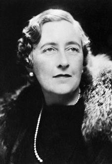 Agatha Christie:  Elle a inventé Hercule Poirot et Miss Marple, publié plus de 80 romans, fourni d'innombrables intrigues au cinéma, et porté la murder party à un rare degré de précision. Agatha Christie (photo) est l'un des auteurs les plus vendus au monde : plus de 2 milliards de livres !