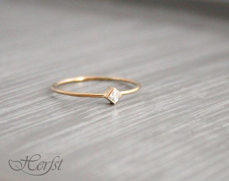 Ein echtes Geschenk für sich selbst oder jemand anderes! Dieses schöne kleine 14k solide goldenen Ring mit einer wunderbaren Diamant. Es ist handgefertigt aus 1mm Draht.  * Diamanten sind eines Mädchens bester Freund *   Material: 14K gelb - weiss- oder rosegold Diamant:.06 ct (2 x 2 mm), hervorragende Prinzessin geschnitten, Top Wesselton VVSI Klarheit, Farbe F/G, gratis in Konflikt stehen.  Sie können auch Moissanite statt Diamanten. Dieser Edelstein ist sehr ähnlich zu Diamant, nur…