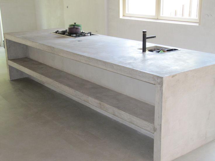 Terrazzo-betonnen kook- & spoeleiland met ingestorte rvs-spoelbak en stopcontact.