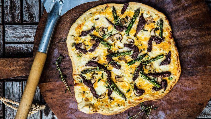 Royal pizza på grillen med hvit saus