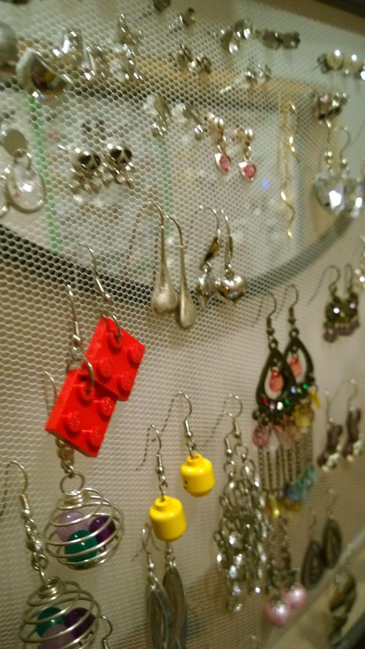 Min frus hemgjorda örhängeshållare.