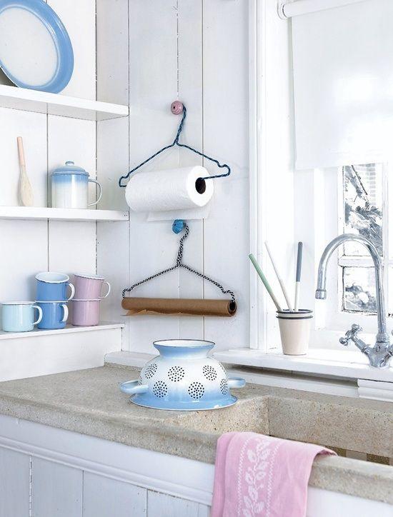 Super einfach, super praktisch: Küchenrollen- und Backpapier-Halter aus alten Kleiderbügeln! #wieeinfach