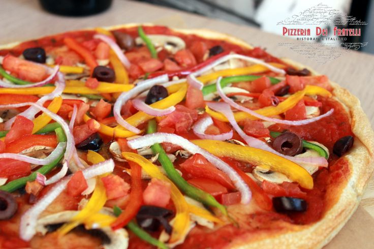 Verdure Pizza - σάλτσα φρέσκιας ντομάτας, μανιτάρια, τρίχρωμες πιπεριές, ελιές, κρεμμύδια & φρέσκια ντομάτα. Επιλογή από 30cm, 40cm, ή calzone