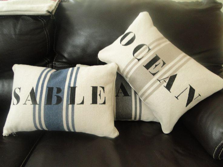 """Coussin rectangulaire personnalisable """"OCEAN"""" écrit au pochoir, en lettres noires tendance bord de mer : Textiles et tapis par by-gd"""