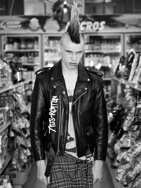 Neo.punk, fotografia de Conan Thai, 2011. Apresentação de elementos característicos da sub-cultura anti-sistema, Punk. São exemplo: o corte de cabelo, tecido com padrão tartan, cabedal e a atitude provocatória.
