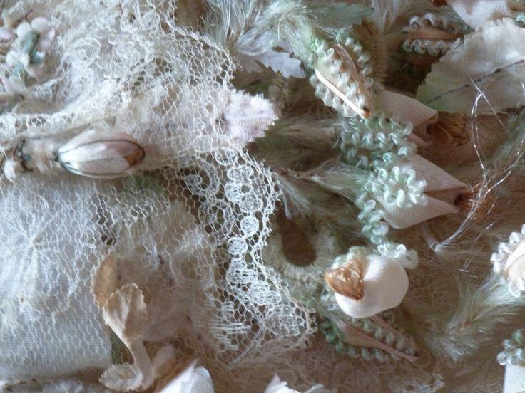 Blondeskant of dentelles blondes tssen de bloemen van de Tilburgse poffer.